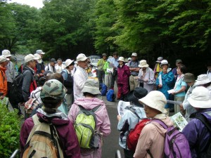 西丹沢自然教室前にてコースの変更の説明