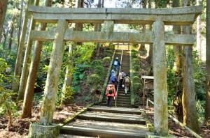 熊野神社の階段を登った