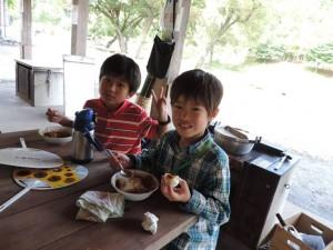 ゆで卵入りのレトルトカレーの昼御飯