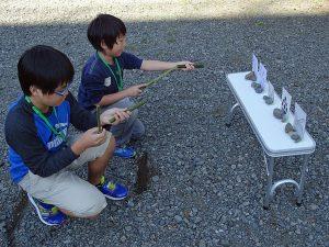 出来上がった竹鉄砲で的当てゲーム